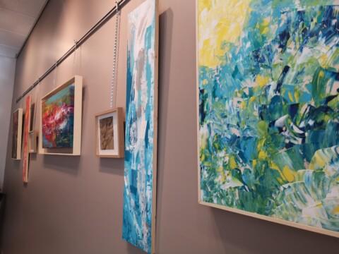 Œuvres au mur lors de l'exposition en partenariat avec la municipalité de Saint-Victor