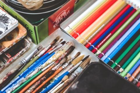Pinceaux et crayons de couleur